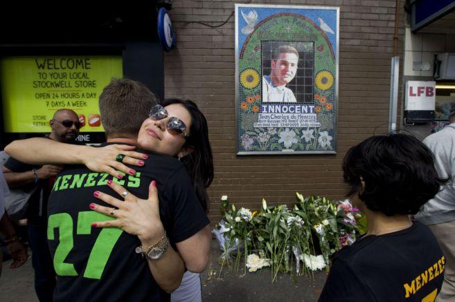 Familiares de Jean Charles Menezes frente a un mosaico en su homenaje,...