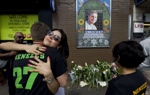 Familiares de Menezes frente a un mosaico suyo, en la estación...