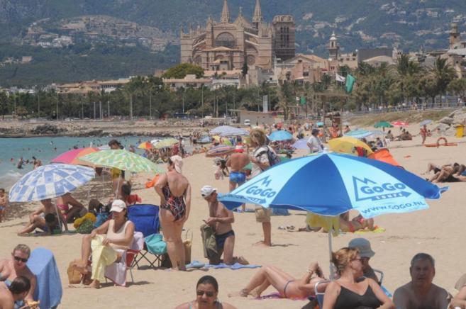 Gente tomando el sol en una playa