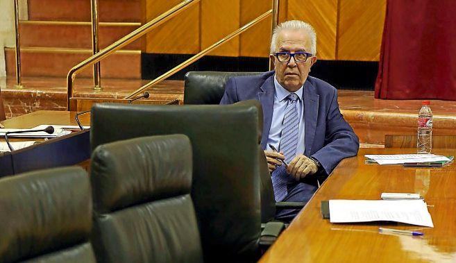 El consejero Sánchez Maldonado, ayer, en su escaño en el Parlamento.