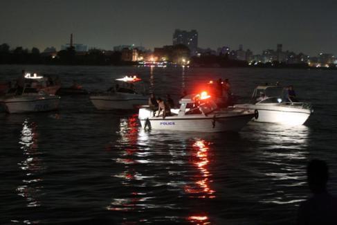 Embarcaciones de rescate buscan supervivientes en la zona del choque...