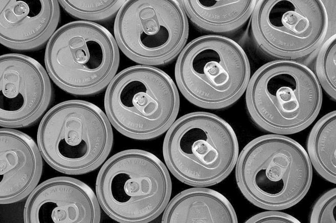 Reciclaje de latas de refresco.