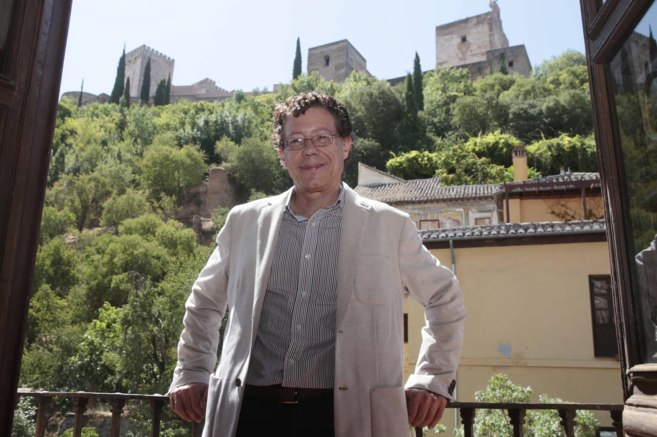 El nuevo director del Patronato de la Alhambra, posa a los pies del...