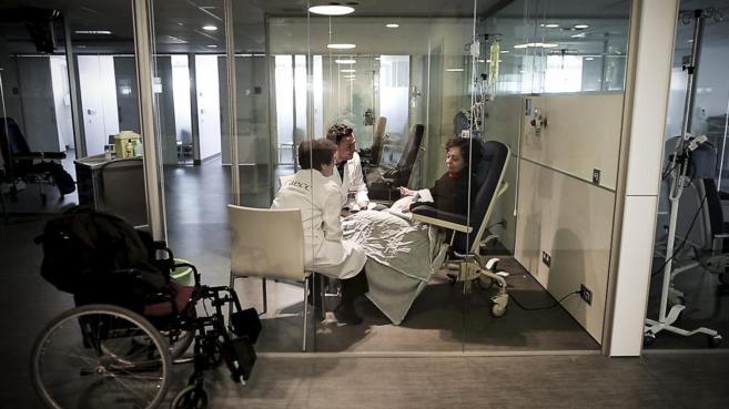Voluntarios de la AECC acompañan a una paciente