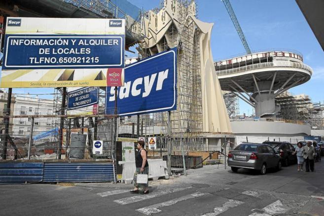 Obras de construcción señaladas con un cartel de la empresa Sacyr
