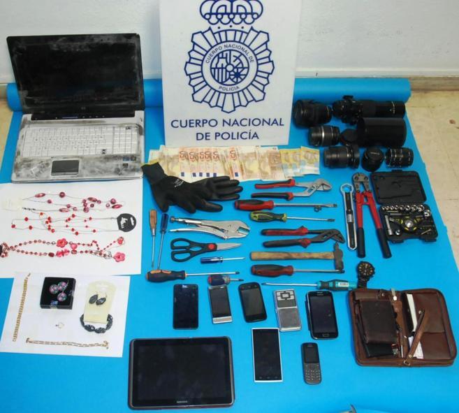 Algunos de los objetos intervenidos a los tres detenidos en Almería.