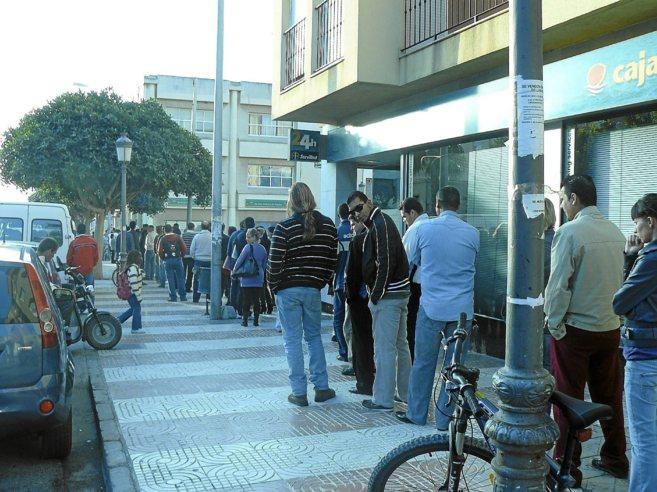 Cola generada en las oficinas del SAE en Roquetas de Mar en 2009.