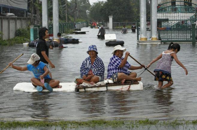 Varias mujeres en mitad del agua en la ciudad de Bangkok