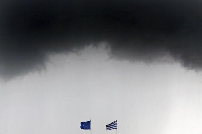 Las banderas griega y de la UE ondean en Atenas bajo un cielo...