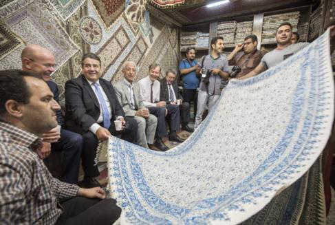 El ministro alemán de Economía, Sigmar Gabriel, visita un bazar en...