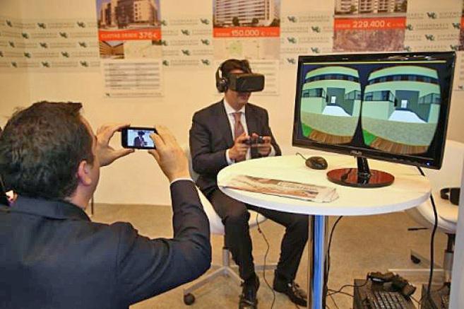 Expositor del Sima 2015 con el novedoso sistema de Oculus Rift