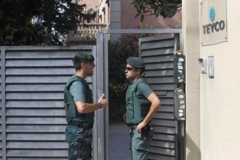 Dos guardias civiles custodian la entrada a la empresa Teyco, de la...