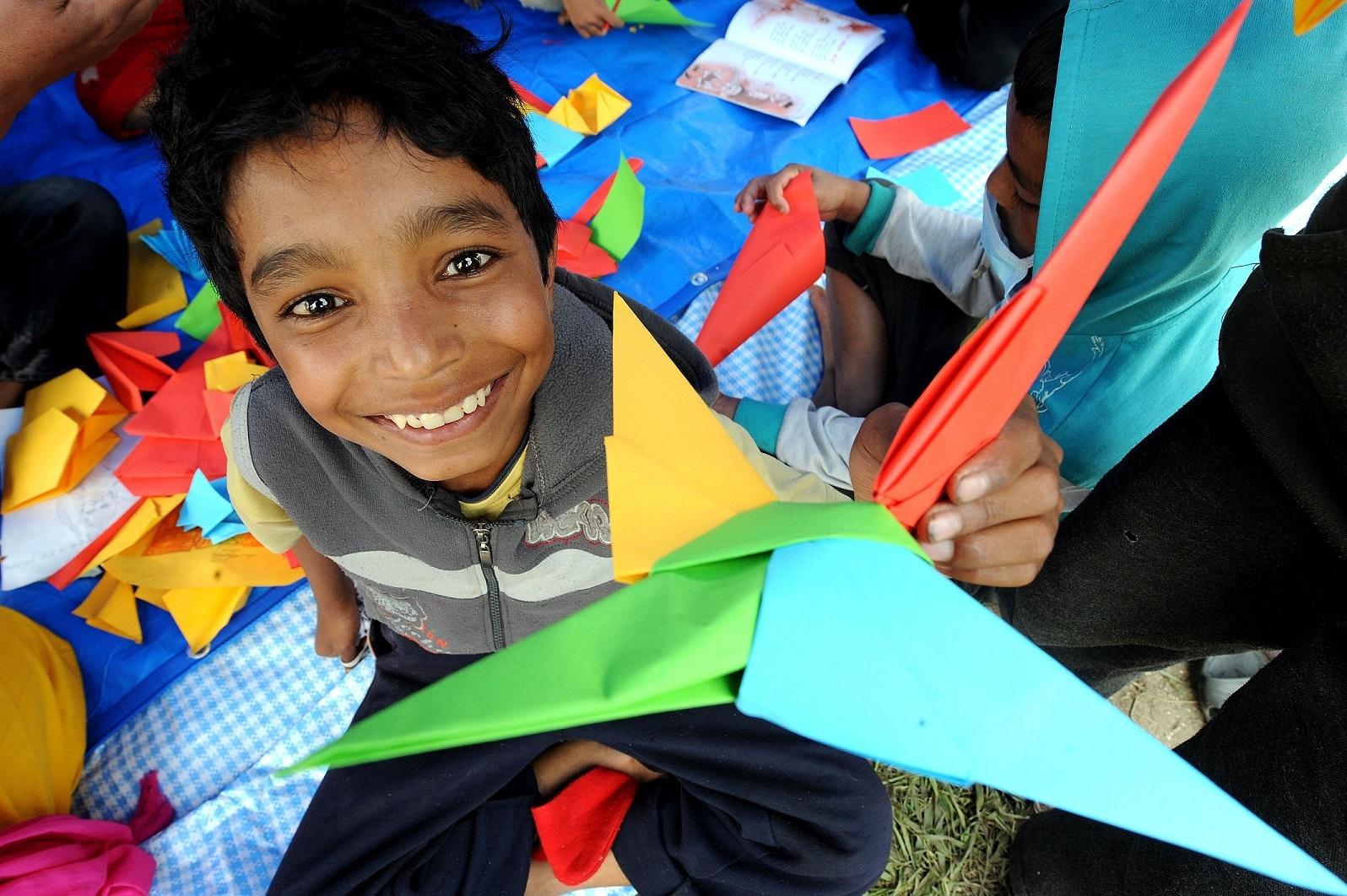 Un niño en un espacio amigo de la infancia de UNICEF. Allí los...