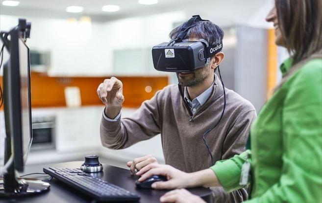 Un cliente prueba las gafas Oculus Rift en Leroy Merlin.