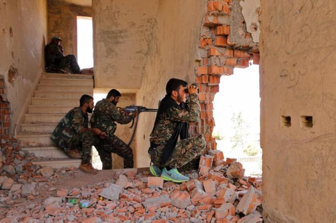 Milicianos kurdos toman posiciones cerca de la frontera turcosiria.