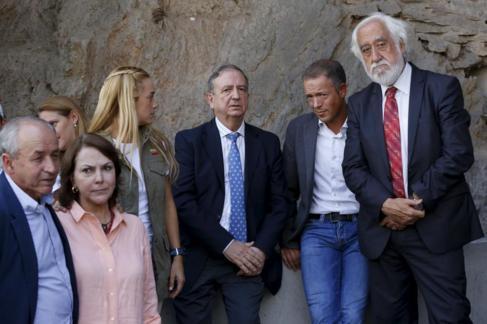 Los senadores esperan en el Sebin junto a la esposa de Ledezma y...