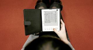 Una mujer leyendo en un ebook