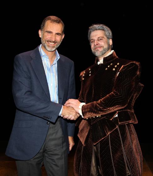 El Rey Felipe VI y el actor John Relyea, que interpreta a Felipe II