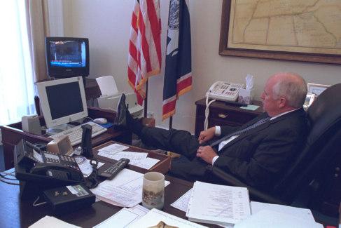 El vicepresidente Cheney mira la televisión mientras están...