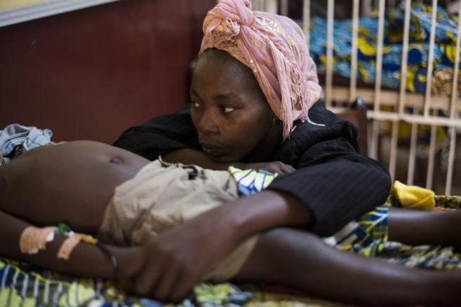 Una mujer con su hijo hospitalizado en un hospital pediátrico de...