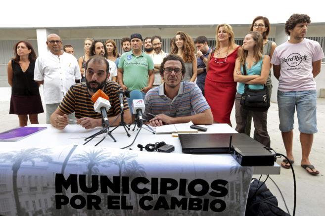 El alcalde de Cádiz, José Mª González 'Kichi' (sentado,...