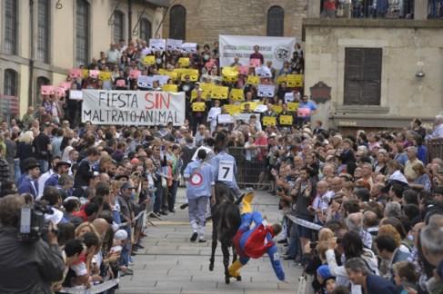 Las carreras de burros frente a carteles protestando contra el...