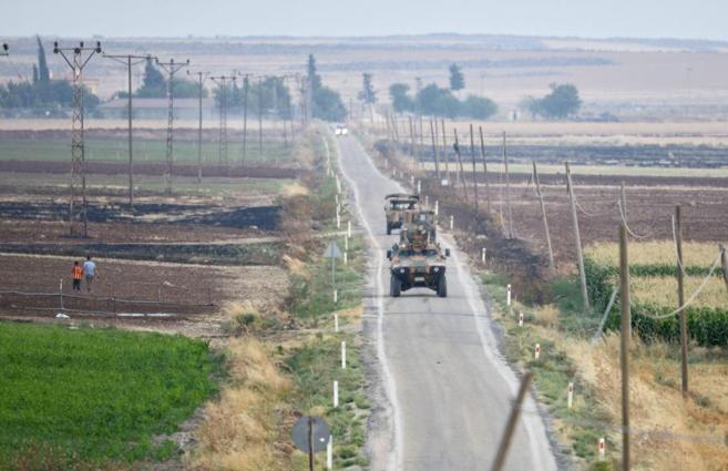 Un tanque turco patrulla a lo largo de la frontera con Siria.