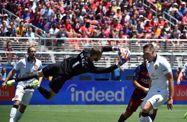 De Gea atrapa el balón durante el duelo ante el Barcelona.