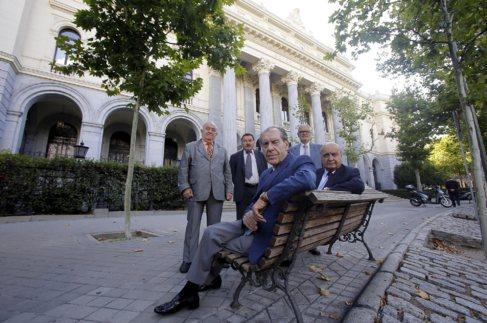 Los 'Yayo Brókers' enfrente del Palacio de la Bolsa de...
