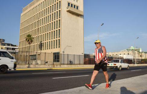 Un ciudadano cubano pasea por las calles mientras luce orgulloso su...