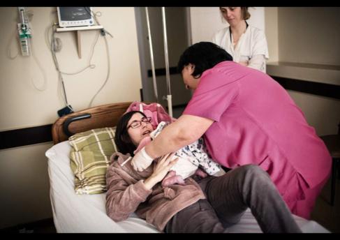 Su madre le abraza el día que nació en febrero forma parte del...