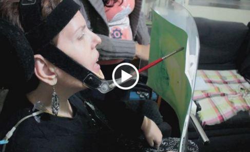 Ana Amália enseña a niños con parálisis cerebral.