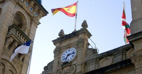 Bandera española izada en el ayuntamiento de San Sebastián