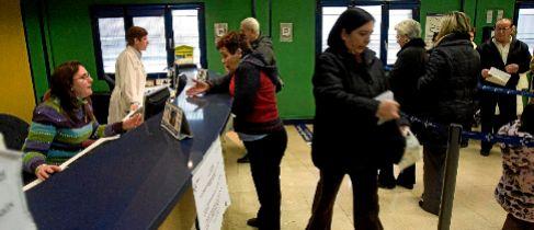 Varios ciudadanos realizan consultas en el servicio de información...