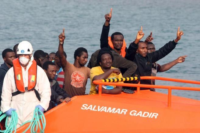 Varios inmigrantes celebran haber llegado vivos a la costa de Tarifa...