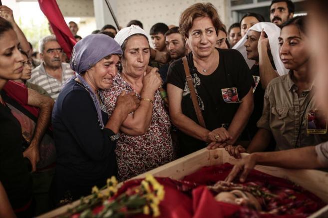Familiares de una activista de izquierdas muerta en los choques con la...