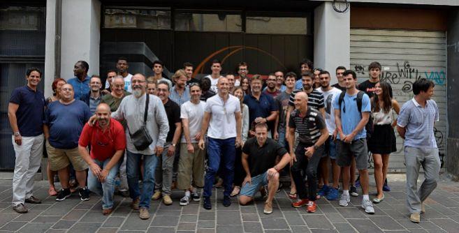 Igor Crespo, en el centro de blanco, junto a ponentes y participantes...