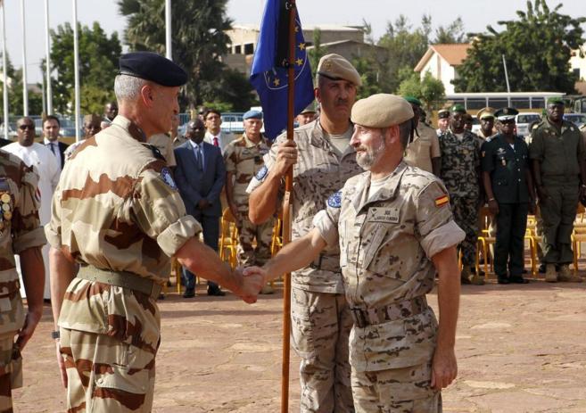 A la derecha, el general español García Vaquero, en el momento en...