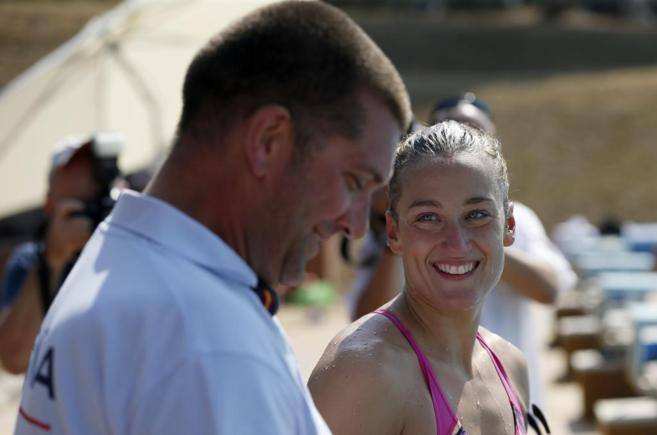 La nadadora española Mireia Belmonte junto a su entrenador Fred...