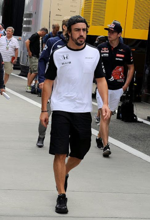 Fernando Alonso en el paddock de Hungaroring.