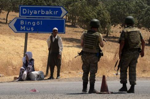 Soldados turcos, en un puesto de control de Diyarbakir (en el...