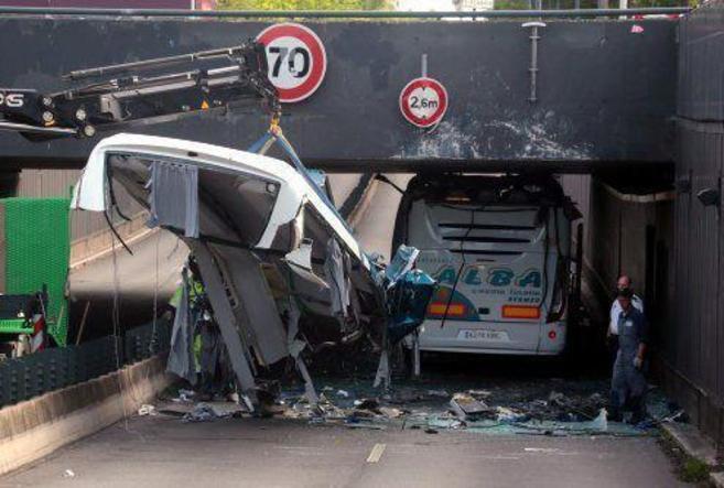 Estado en el que quedó el autobús que transportaba a los estudiantes...