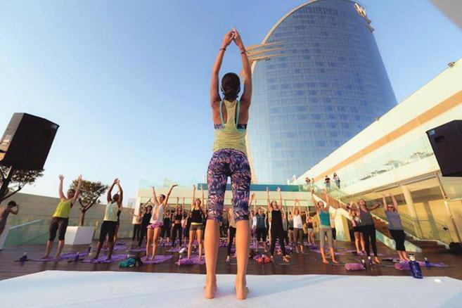 Tara Stiles durante una sesión de yoga en Barcelona en el hotel Vela.
