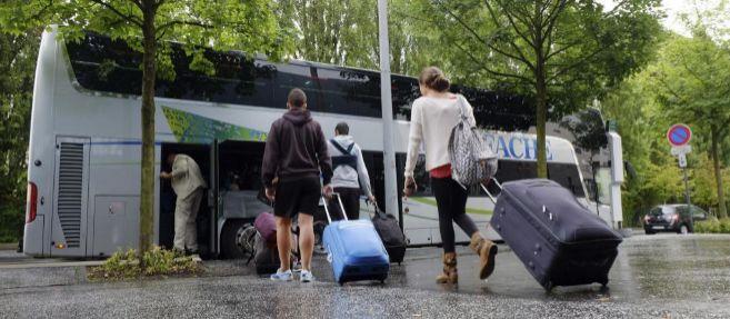 Los pasajeros ilesos del accidente cogen un autobús para el...