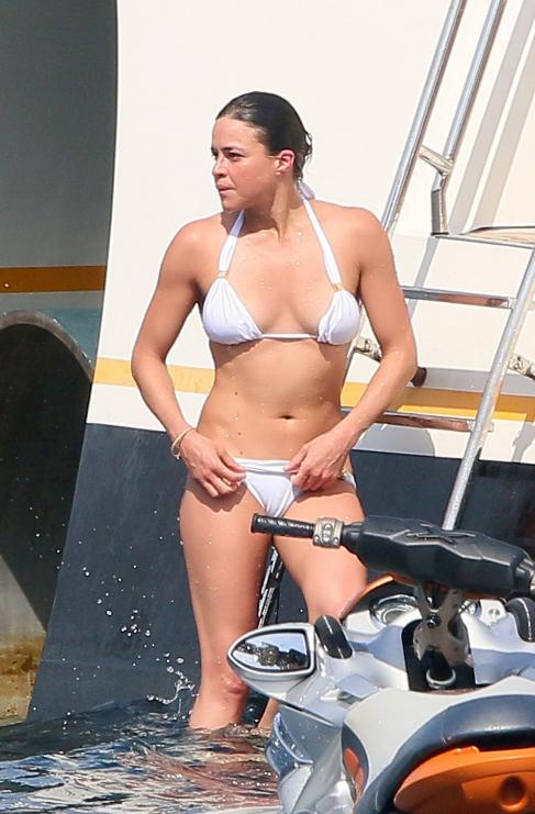 La actriz Michelle Rodriguez derrocha energía bajándose del yate...
