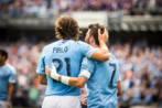 Villa, abrazado a Pirlo durante el partido