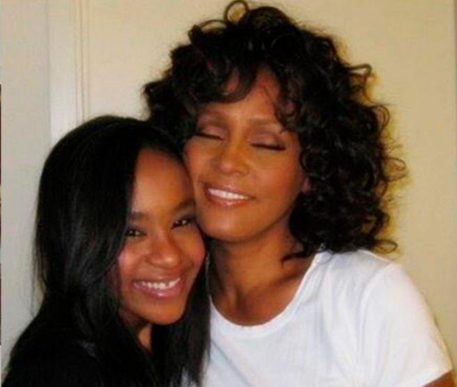 Bobbi Kristina Brown y su madre, Whitney Houston, en una imagen de...