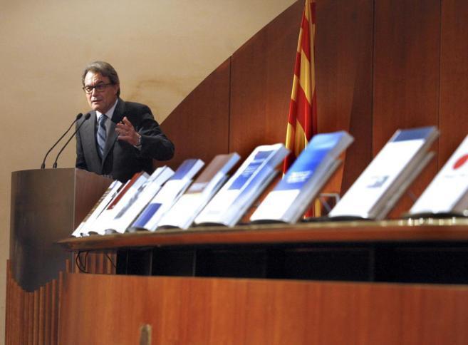El president Artur Mas con los modelos presentados hoy