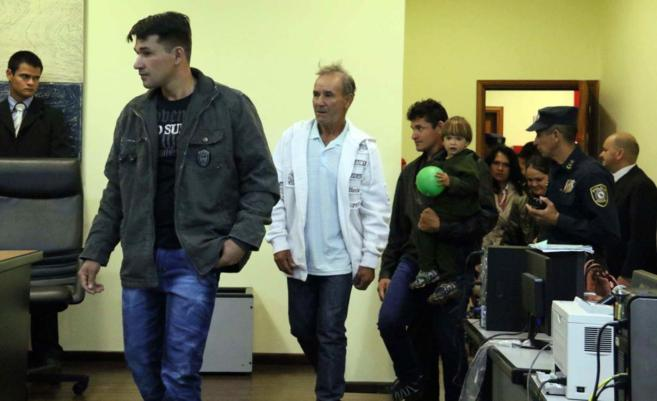 Acusados llegan para una audiencia del juicio por la masacre de...