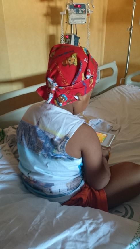 Un niño con gorrito Kimo-kap juega a la videoconsola.